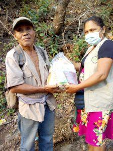 Entrega de víveres a familias de la falda del Volcán de San Salvador 2