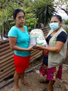 Entrega de víveres a familias de la falda del Volcán de San Salvador
